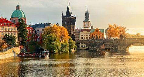 Наавтобусе итеплоходе посердцу Праги